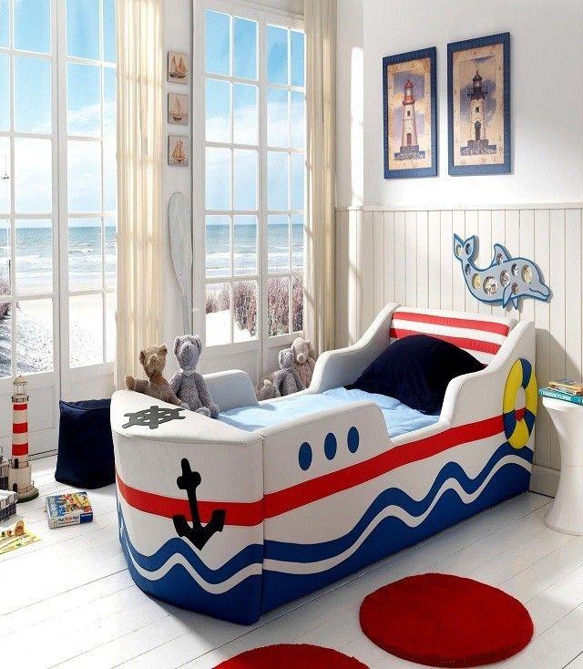 Морская тематика оформления детской для ребенка младшего возраста. Если возраст ребенка позволяет, то можно использовать тематическую кровать в виде лодки или машины. .