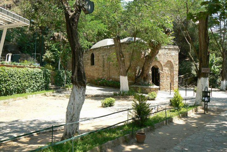 Uma antiga tradição cristã diz que, fugindo da perseguição em Jerusalém, São João Evangelista teria levado consigo a Virgem Maria para Éfeso, na região de Esmirna, na Turquia, onde ambos pas…