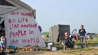 En un inglés precario, los refugiados piden vivir como cualquier otra persona en el mundo (Araz Hadjian)