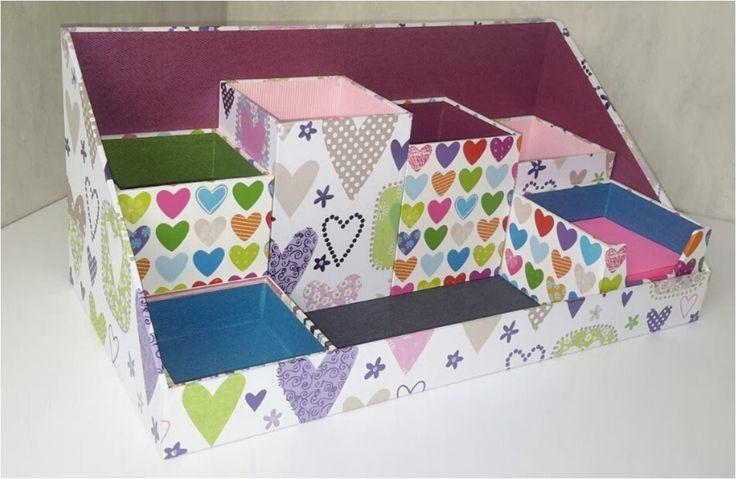 Voici le nouveau tuto de Dan : un plateau de rangement modulable en cartonnage pour le bureau avec ses 6 boîtes cubiques pour y placer crayons, stylos, feutres, matériel de bureau ou loisirs créatifs, post-it, etc... l I vous suffit de télécharger le...