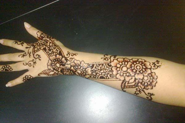 Aceh : Ukir Inai, ukiran khas Aceh pada tangan atau kaki. Biasanya ukir inai ini dilakukan pada pengantin baru yang akan melangsungkan resepsi pernikahan.