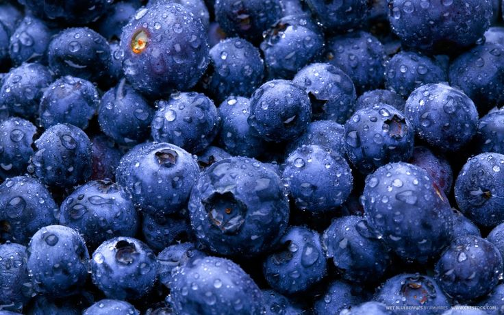 Blueberries are rich in vitamins C and E, as well as antioxidants. Research suggests that consuming them can aid in the reduction of fat around our stomachs.