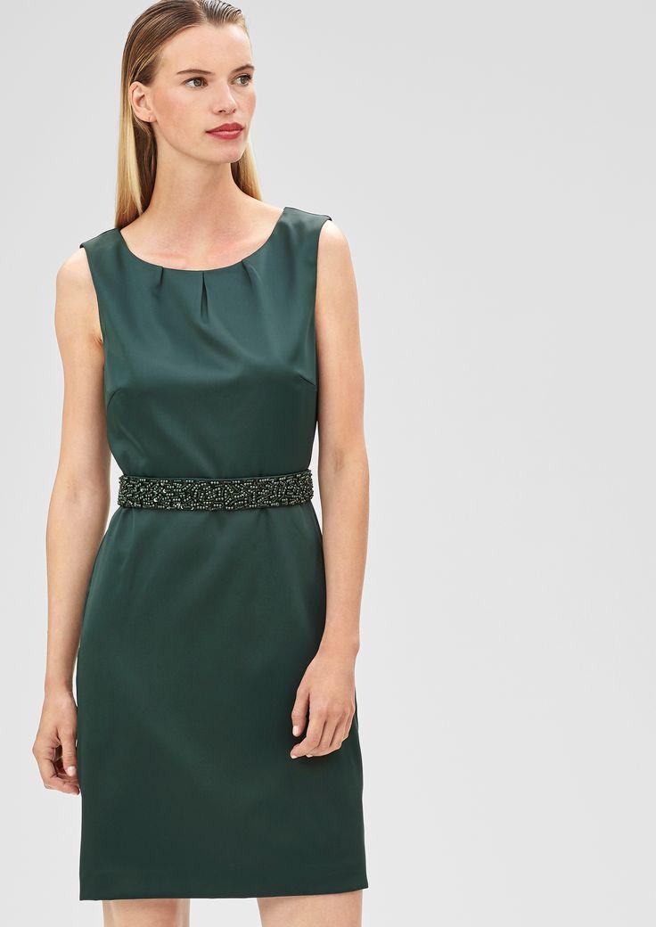 schlicht und dennoch ein Hingucker: schimmerndes Kleid in dunklem Grün mit Glitzergürtel #darkgreen #sOliver #Damenmode