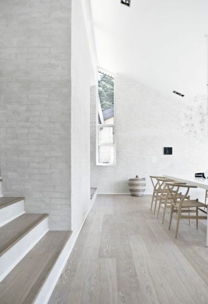 idee deco salle de sejour, sol en parquet chene massif clair pas cher, chaise en bois clair style scadinave