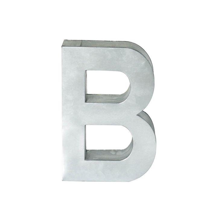 Metalvetica è la linea di lettere e numeri in metallo per personalizzare pareti o da utilizzare come decoro, appoggiate sui mobili o sul pavimento. Le lettere, dal sapore industriale, sono declinate nel font Helvetica. Numeri e lettere sono saldate a mano e sono adatti sia all'interno che all'esterno. Qui sono proposti nella versione più piccola di 35 cm di altezza. Scegli le lettere e componi la tua parola del cuore! Scopri online gli altri prodotti per rendere ancora più bella la tua…