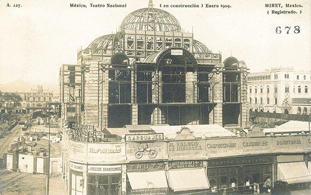 El Palacio de Bellas Artes en plena construcción durante el año de 1909.  Desde entonces, el frente del palacio se ha modificado drásticamente, con el pasaje comercial, el estacionamiento y los jardines actuales