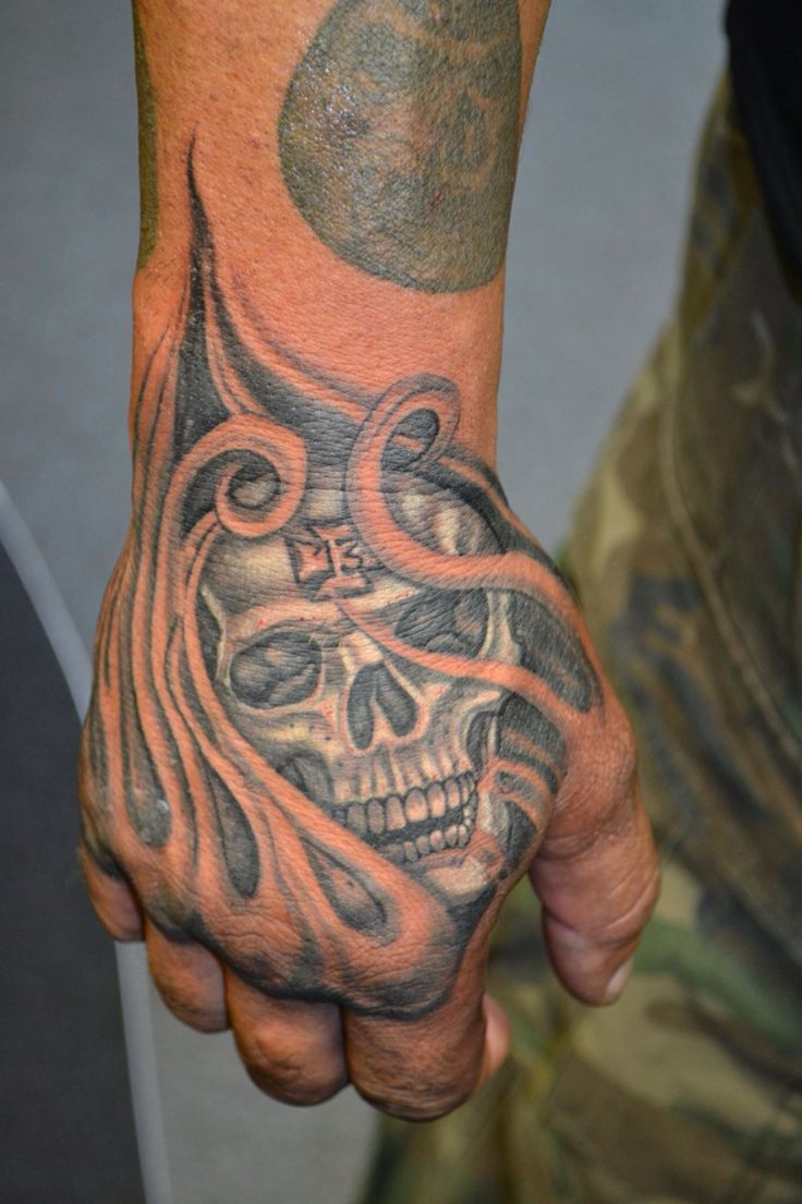 16 besten skull hand tattoo designs bilder auf pinterest totenkopf tattoos grau und. Black Bedroom Furniture Sets. Home Design Ideas