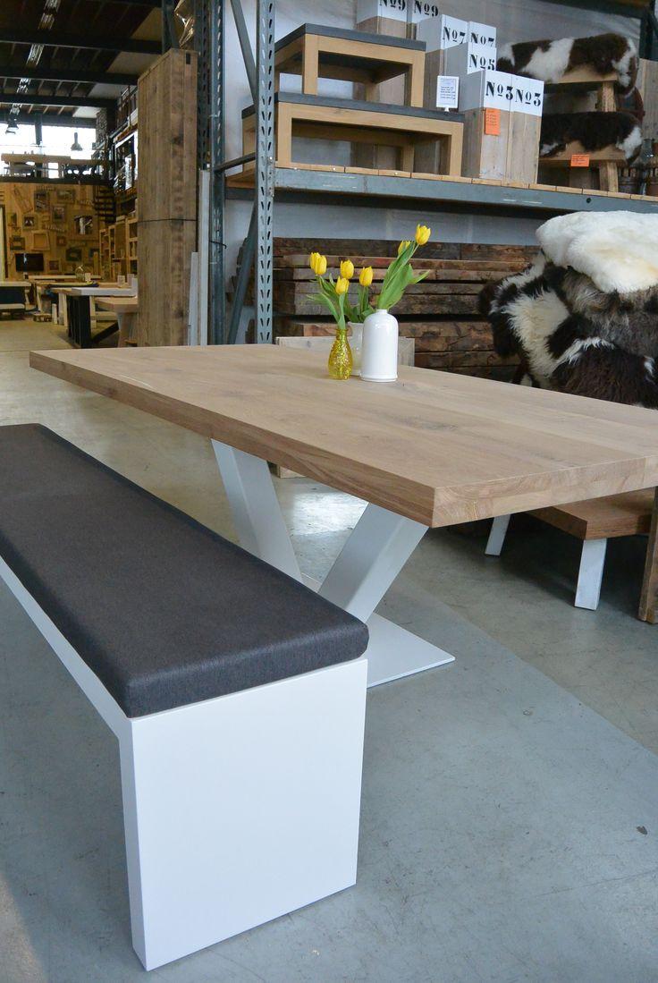 Prachtige eiken eettafel, veel gebruikt als kantoortafel of vergadertafel doordat er rondom veel beenruimte is. De tafel is in elke maat mogelijk.