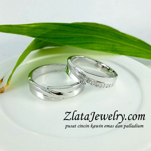 Model Cincin Kawin Mona Model cincin kawin simple elegant dengan ornamen unik.  cek selengkapnya di: http://zlatajewelry.com  #cincinkawin #cincinelegant #cincinkawinunik #unik #cincintunangan #cincin