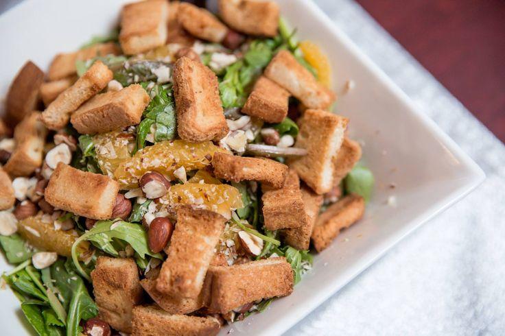 Salade d'épinards à l'orange, croutons sans gluten à la cannelle  Recette originale du chef Mathieu Perreault-Jessery.