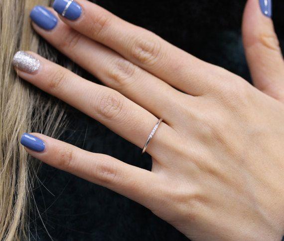 14 K weiß solid gold Micropavé Set mit weißen Diamanten.  -Dieser Ring wurde von hand gemacht.  -Die Band ist zierlich.  -Dieser Ring könnte perfekt aufeinander abgestimmten Hochzeitsband und ist ein Ideal für in meine andere Pettie Ringe stapeln.  -Die Band misst 1,30 mm Stärke.  -1 mm weiße Diamant (konfliktfrei), feine Qualitätsdiamanten (Farbe: E-F, Klarheit: VS)  -Sie können auch mögen: 14 k gelb-Gold mit weißen Diamanten: https://www.etsy.com/listing/184735811 14 k ...