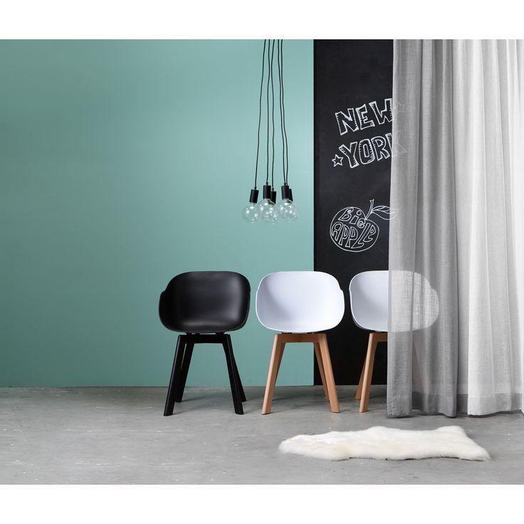 Unieke witte kuipstoel NEW YORK met een strakke vormgeving. Een prachtige kunststof stoel met robuuste poten van beukenhout. 51x50x78 cm (lxbxh). 67 cm hoog tot midden leuning.