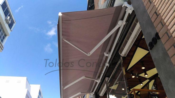Instalado para proteger uma loja no Bom Retiro em São Paulo, nosso Toldo Articulado Premium é ideal para fachadas de lojas, confira fotos...