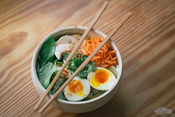 Rien de mieux qu'une bonne soupe japonaise pleines de légumes frais pour recharcher les batteries ! Recette et photos par ici : http://www.iletaitunefaim.com/recette-ramen-soupe-rapide/