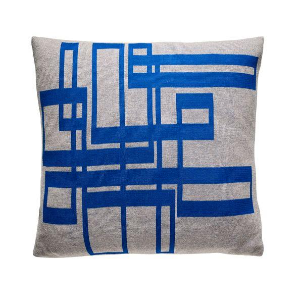 Fuss pillows & throws