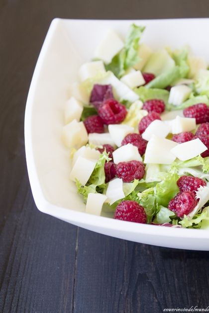 Ensalada de frambuesas:aceite de oliva, frambuesas, lechugas, quesos, vinagre de frambuesas