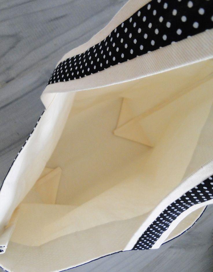 Ecobag tamanho grande, feita de tecido de algodão grosso, tipo lonita e detalhes em algodão estampado. Com bolso frontal, perfeita para carregar suas compras!    ATENÇÃO:  *As estampas das fotos podem não estar mais disponíveis. Para ver as opções de estampa clique em mostruário de estampas, teci...