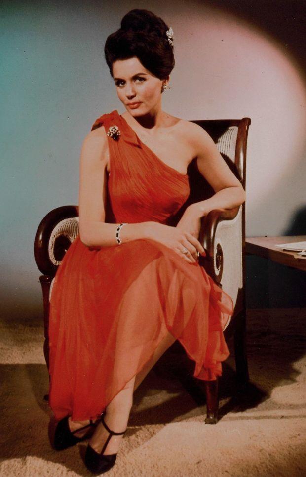 Best bond girl outfits / 1962, Eunice Gayson as Sylvia ...