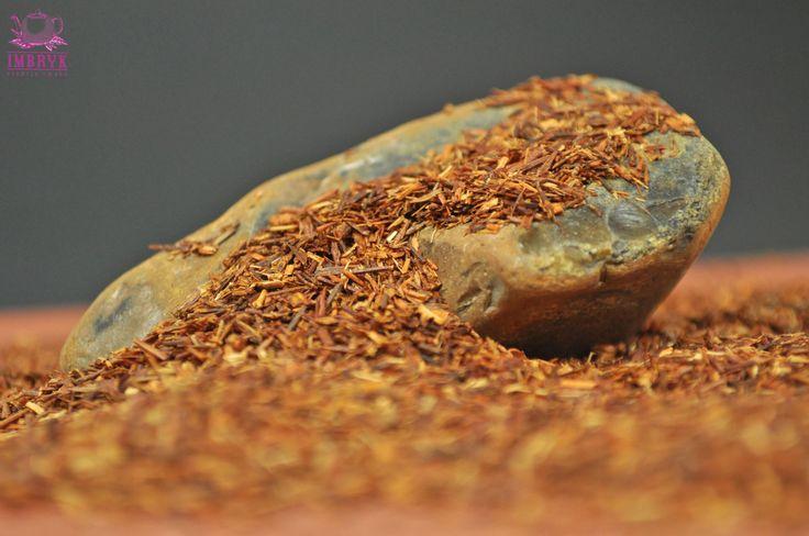Rooibos nie jest herbatą, a właściwie ziołowym naparem przygotowywanym z liści czerwonokrzewu uprawianego w Republice Południowej Afryki. Dojrzałe liście są suszone i następnie cięte na niewielkie, ok. 2-milimetrowe kawałki. Po zaparzeniu uzyskuje się napój o miodowym smaku bez wyczuwalnej goryczy, tak charakterystycznej dla niemal wszystkich odmian herbaty. Jest całkowicie pozbawiony kofeiny, dlatego mogą go pić także kobiety w ciąży i dzieci.  #herbata #tea #zdrowie #fitness #prezent