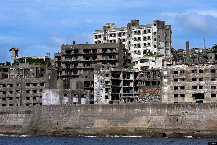 長崎の軍艦島 不気味に取り残された廃墟の街は旅行でもバーチャルツアーでも楽しめる【画像集】