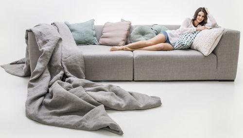 Sophisticated Living offeriert das Solid Wave Sofa mit optional erhältlichem Überwurf und Kissen-Set