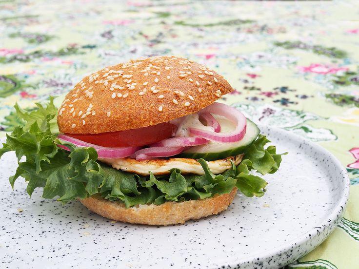 Hemmagjorda mjölk- och glutenfria hamburgerbröd. Dessa hamburgerbröd är gjorda på mandelmjöl och ägg och blir både saftiga och och superluftiga!