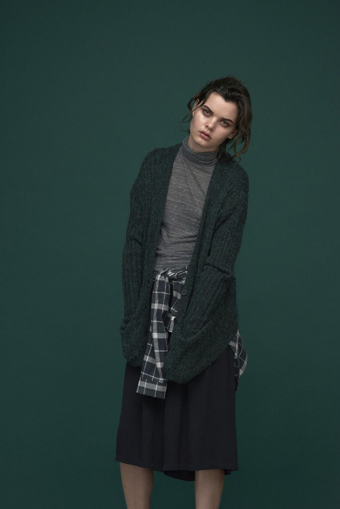 Rip knitted longline cardigan in a deep dark green.  Grey melange basic turtleneck.  Checked shirt