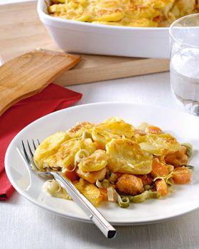 Verwarm de oven voor tot 225 ºC. Snijd de kipfilet in stukjes en kruid met peper en zout. Verwarm de Croma Mild met Olijfolie Vloeibaar in een koekenpan, wacht tot de Croma bruin kleurt en bak de kip rondom bruin. Leg ze in een ingevette ovenschaal en roerbak de plakjes wortel en prei 2-3 minuten in het bakvet. Verdeel de groenten over de kip. Leg de aardappelschijfjes erover. Klop de eieren los met Finesse voor Koken, mosterd en kaas. Voeg zout en peper naar smaak toe en schenk het mengsel…
