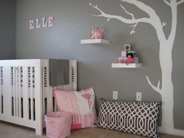murs gris et accents roses dans la chambre de bébé fille