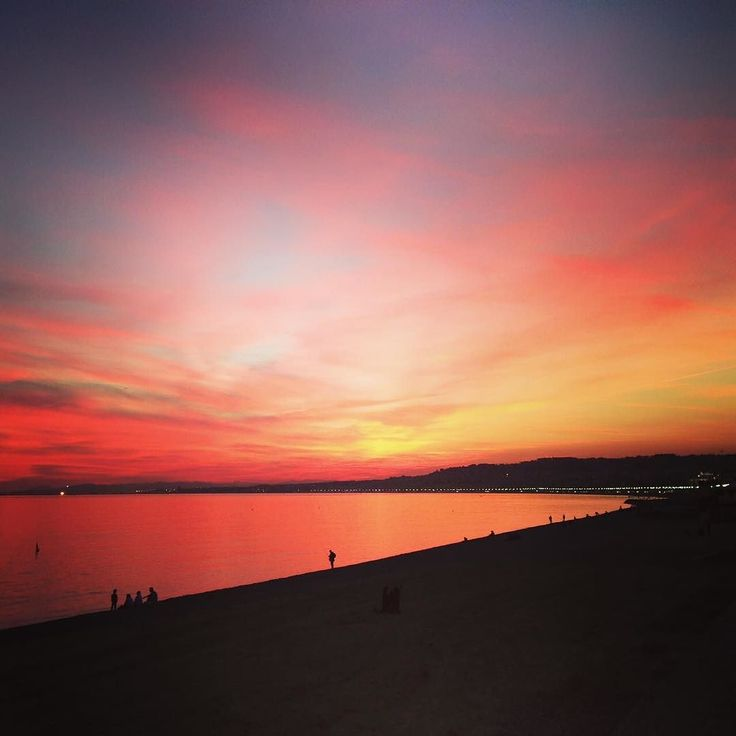 Coucher de soleil sur la Promenade des Anglais Nice #nice#nicenice#sunset#promenade#mer#sea#coucherdesoleil#beautiful#like4like#bonheur#mvlamaisonduvillage#amazing by mv_la_maison_du_village at http://ift.tt/1QmYkeQ
