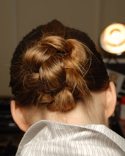 Von hinten: Der Dutt selbst besteht ebenfalls aus einem geflochtenen Zopf, der einmal umgeschlagen und festgesteckt wird (Bild: BST Photos)