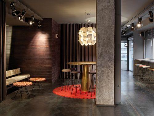 dest-chicbasic-rambla-lobby-high-table
