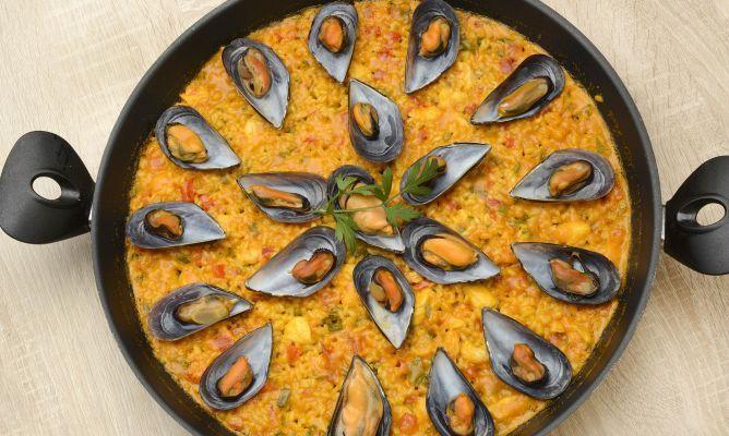 Karlos Arguiñano prepara una paella con gambas, rape, mejillones, pimientos, tomate y azafrán.