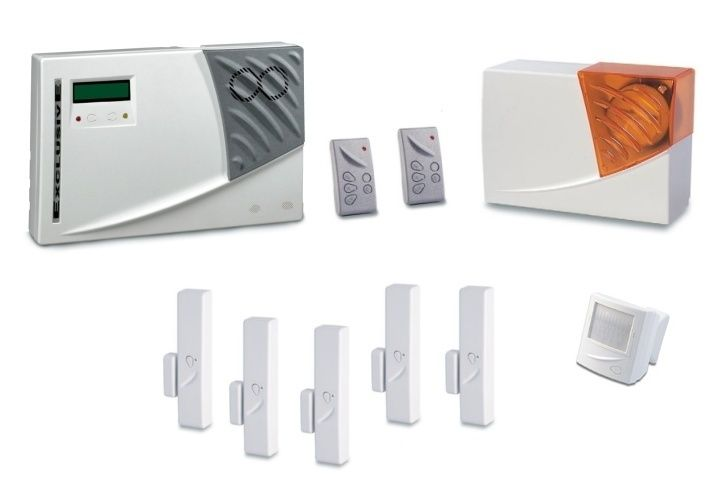"""Centrale di allarme """"SUPERVISIONATA""""  GT 3003   KIT COMPOSTO DA:  N. 1 GT 3003 - Centrale con sirena incorporata  N. 2 GT 3120 - Radiocomandi on/off  N. 1 GT 3480 - Sirena a batterie litio con lampeggiante  N. 5 GT 3270 - Contatti magnetici per porte/finestre/persiane  N. 1 GT 3260 - Sensore infrarossi per protezione ambientale"""