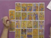 Lección 8. Significado de los Arcanos Mayores del Tarot. El TAROT DE MARSELLA, que es la baraja que cogeremos para trabajar y aprender a tirar las cartas del Tarot, consta de 78 cartas: 22 Arcanos Mayores y 56 Arcanos Menores. Se empieza a estudiar primero a los 22 Arcanos Mayores, los cuales son un compendio del Universo en sí mismos. Los Arcanos Mayores están compuestos por una parte espiritual, una terrenal y una anímica. Describe y escenifica la creación del mundo desde el punto de vista…