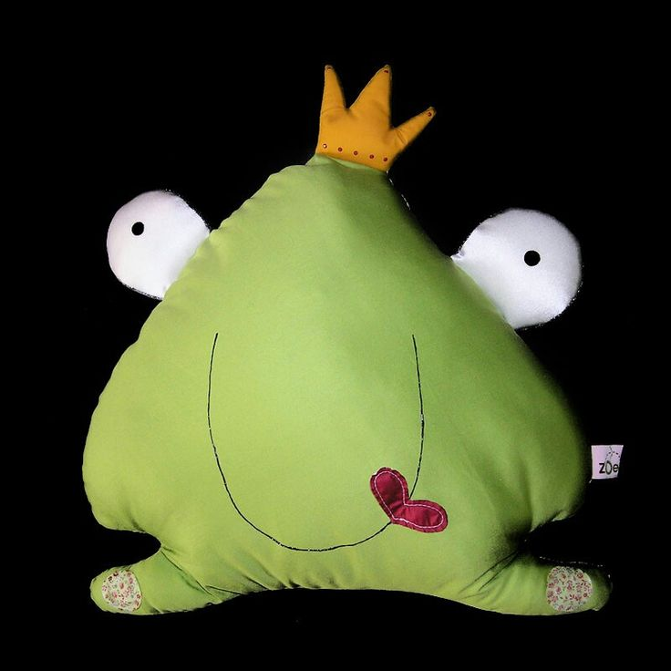 Dee Lovely Ο Dee είναι ένας αξιολάτρευτος βάτραχος. Του αρέσει πολύ να του δίνουν φιλιά, αν και ακόμα δεν έχει καταφέρει να γίνει πρίγκιπας. Δοκίμασε το δικό σου φιλί μήπως και τον μεταμορφώσει! Διαστάσεις: 37εκ Χ38 εκ.