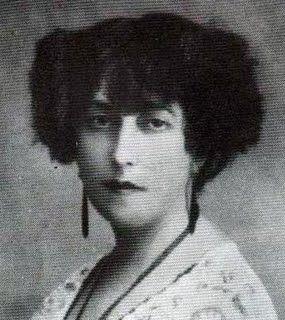 Concha Espina nació en Santander el 15 de abril de 1869.. Fue una niña autodidacta.      Fue una mujer peculiar que nunca quiso seguir los dictados de una sociedad que le quedaba pequeña. Viajó por todo el mundo, leyó muchísimo y, sobre todo, escribió sin pausa. Llegó a ser candidata en tres ocasiones consecutivas al Premio Nóbel de Literatura .