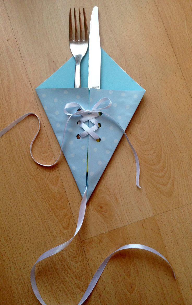 Cutlery kite made with blue paper and white ribbon. Portaposate aquilone in carta azzurra e nastro bianco