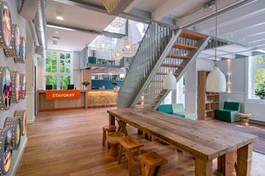 Soest- Stayokay blijft vernieuwen. Het grotendeels nieuwe hostel ligt midden in de bossen en heeft 34 kamers, een bar, restaurant en 7 multifunctionele zalen Gasten kunnen na een actieve dag heerlijk ontspannen in de lounge of op de terrassen van het duurzame, gezinsvriendelijke hostel.