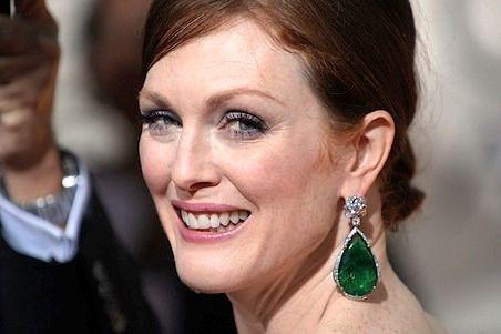 Emerald stunners on Julianne Moore. #jewelry #beauty #celebrity