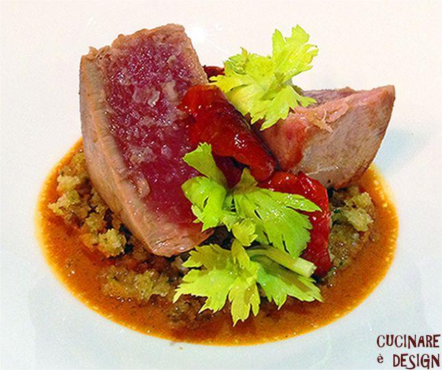Tonno scottato, salsa di pomodorini confit e croccante di pane alle erbe. Vedi ricetta su cucinaredesign.blogspot.it