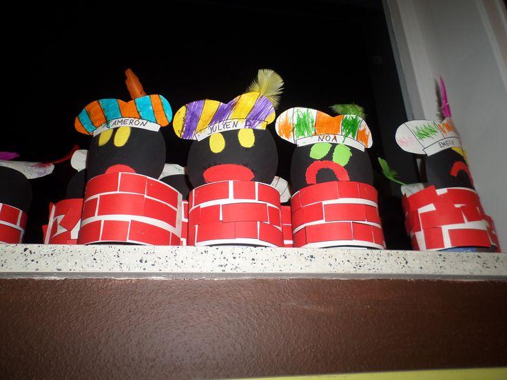 Pietenmuts: Zwarte Piet in de schoorsteen Stroken kleven volgens patroon: lang - kort - lang - ... Prikken ogen en mond (sterke kls zelf tekenen) Pietenmuts volgens patroon van 2 kleuren