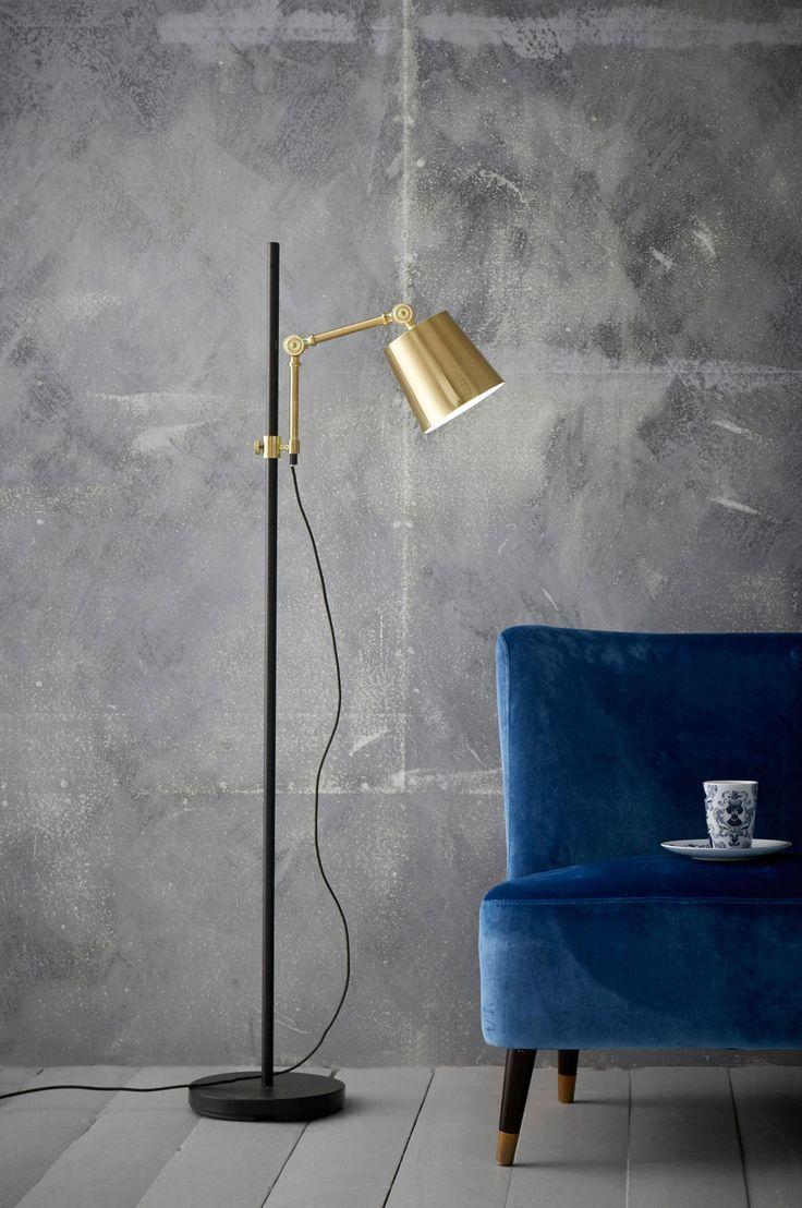 Gulvlampe av metall med metallskjerm og leddet arm. Skjermens plassering er regulerbar i høyden på stangen. Lampens høyde: min 139 cm, maks 157 cm. Skjermens diameter: 15,5 cm, høyde 15 cm. Tekstilledning med strømbryter på gulvet. Stor sokkel E27. Maks 40 W.  Pære inngår ikke.