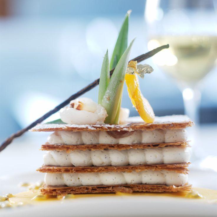 Découvrez la recette Mille-feuille à la vanille, mangues et fruits de la passion