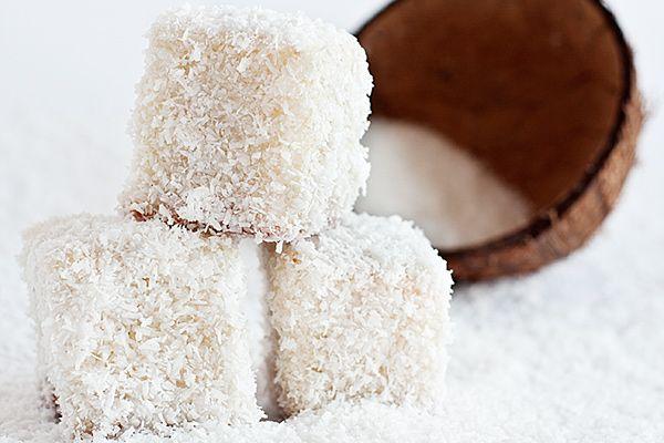 Кокосовые кубики: 350 грамм муки 250 грамм сахара 250 грамм сливочного масла 200 грамм кокосовых сливок 4 яйца 150 грамм сливок 10% 1 стручок ванили 1 ч.л. пекарского порошка