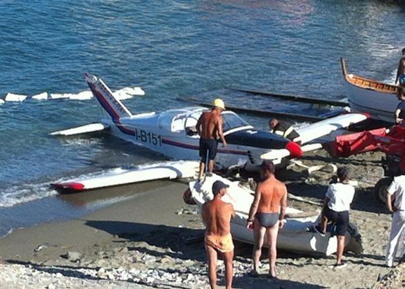 Il momento in cui l'aereo ammarato a #Celle viene issato sulla spiaggia.