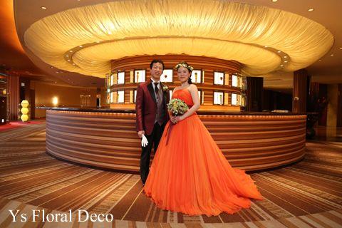 こちらのおふたりのお色直しのときのご様子です。お色直しには、ビビットなオレンジ色のドレスにお召し替え。白ドレスからガラッとイメージチェンジです。ハーフダウ...