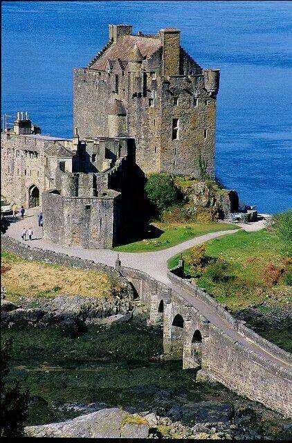 castillo del siglo 13 en el lago Duich, Escocia
