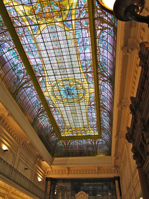 Verrière du Crédit Lyonnais. Créée par Jacques Grüber et Charles Gauville, elle se compose de 264 panneaux pour une surface de 250m² et forme ainsi la plus grande verrière de #Nancy - #France