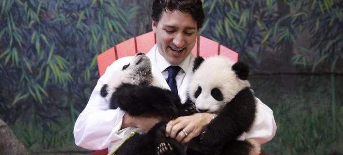 Ο πρωθυπουργός του Καναδά «έριξε» το Διαδίκτυο -Φωτογραφήθηκε αγκαλιά με 2 μωρά πάντα [εικόνες]